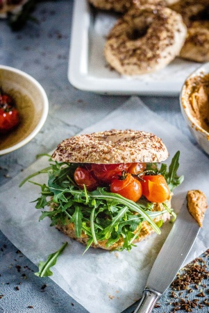Leinsamenbagel-tomatenhummus 06