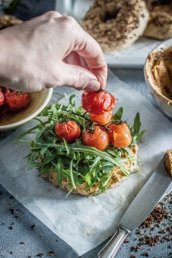 Leinsamenbagel-tomatenhummus 09