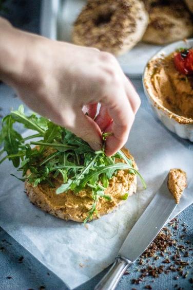 Leinsamenbagel-tomatenhummus 11